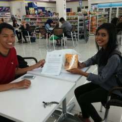 Proses serah terima donasi buku tim belajarsedekah.com diwakili oleh Pasa Agni Ahimsa dan Ngada Education Project diwakili oleh Qori