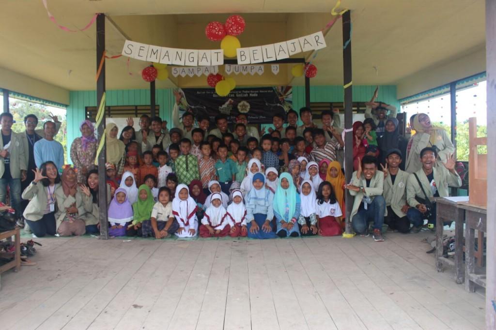 Foto bersama anak-anak dan KKN-PPM-UGM KLU-01 2016