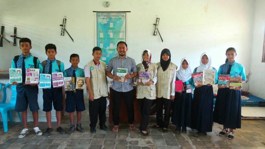 Donasi Buku untuk SMP N Morotai1
